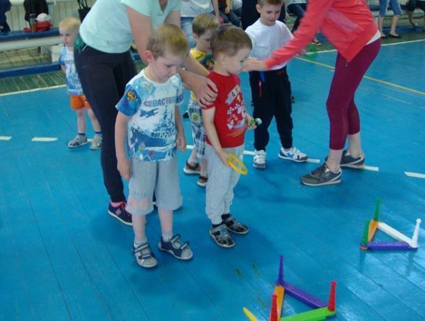Воспитанники детского сада «Жемчуженка» вместе с родителями приняли участие в соревнованиях «Мама, папа, я»
