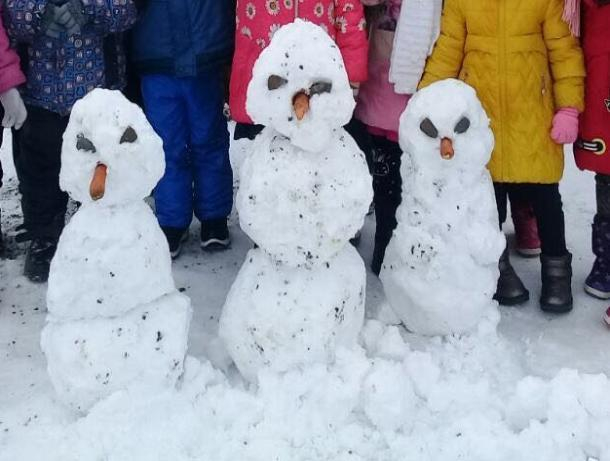Трех смешных снеговиков слепили ребята во дворе детского сада в Морозовске