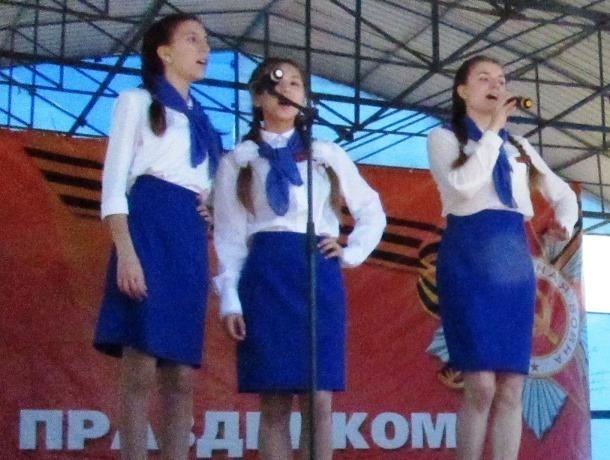 Появилось видео выступления «Креативной молодежи» в стиле попурри на площади Морозовска