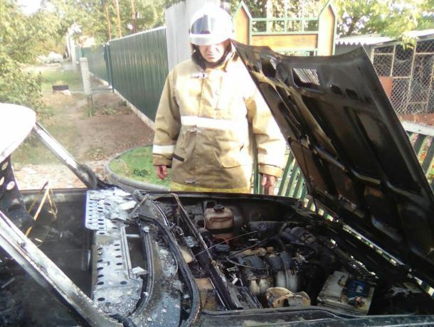 «Легковушка» загорелась на улице Жукова в Морозовске