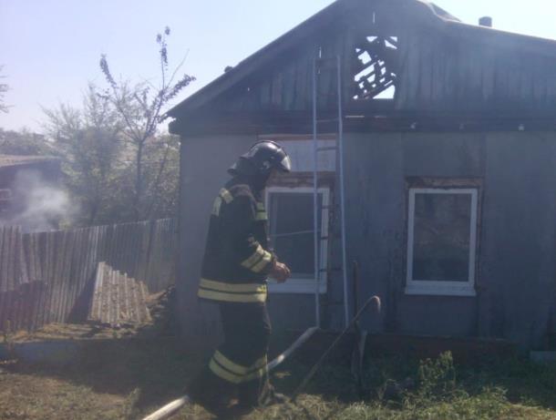 Огонь перекинулся с бесхозного строения на жилой дом в Морозовске