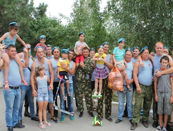 Десантники Морозовска в День ВДВ от чистого сердца подарили подарки детям из приюта