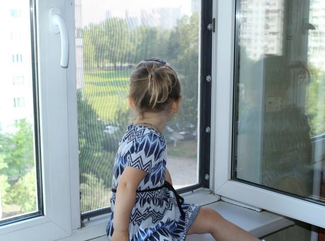 Что делать, чтобы ребенок не выпал из окна