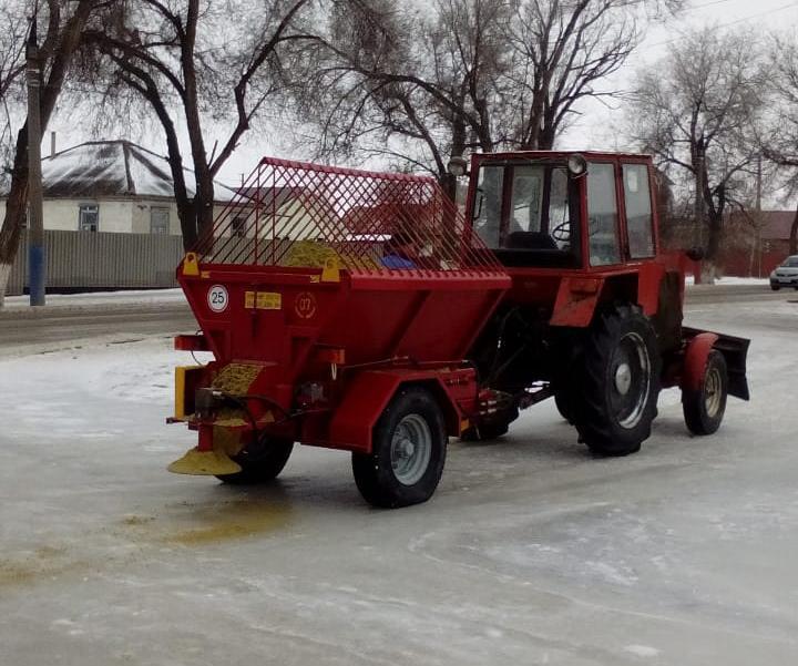 Две единицы техники приобрел Морозовск для посыпки тротуаров песком