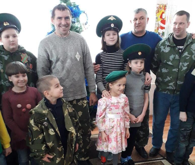 Пограничники вкусно поздравили детей в приюте и пожилых морозовчан с Рождеством