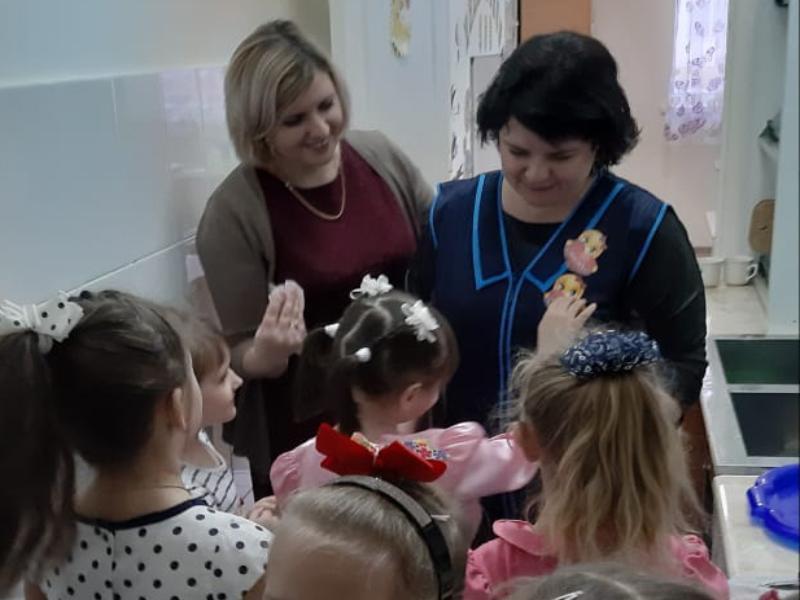 Тёплые слова благодарности сказали ребята работникам детского сада «Сказка» в международный день «Спасибо»