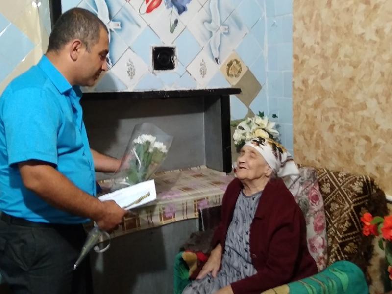 Труженицу тыла из Морозовского района поздравили с 90-летием президент, губернатор и односельчане