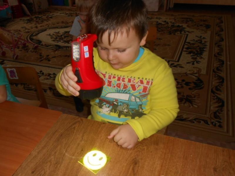 Воспитанников детского сада «Ромашка» научили делать «волшебных светлячков»