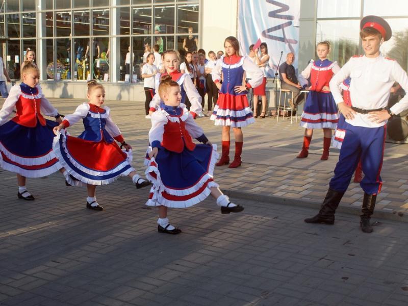«Овеянный славой Российский флаг»: в Морозовске организовали патриотическую акцию-концерт