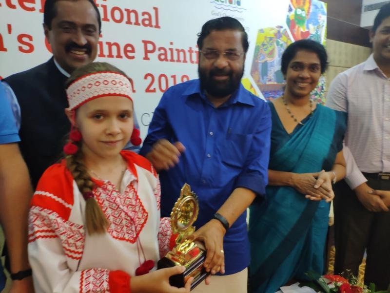 Художница из Морозовска получила награду из рук министра туризма Индии Кадакампалли Сурендрана