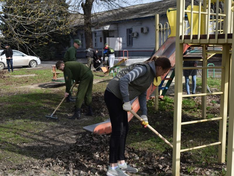 Волонтеры Морозовска навели чистоту в железнодорожном парке