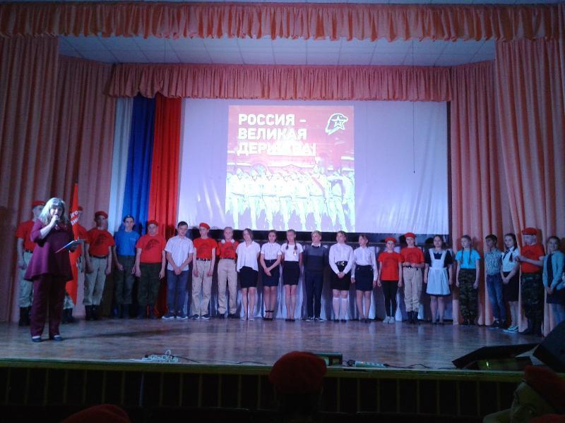 Ребята из школы №4 дали торжественную клятву Юнармейскому братству в Морозовске