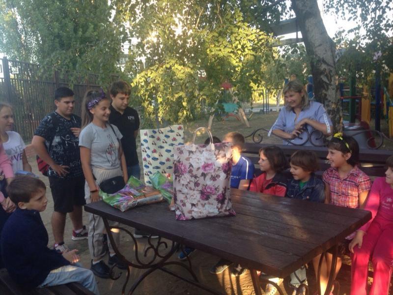 С началом учебного года ребят из социального приюта поздравили волонтеры и юнармейцы Морозовска