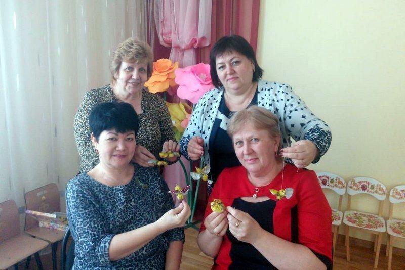 Педагоги в Морозовске уселись за «парты» и учились сами мастерить птиц