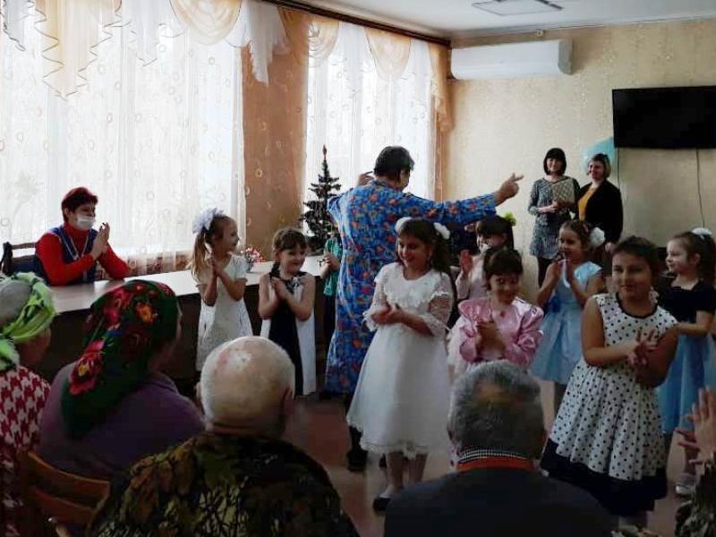 Настоящий рождественский концерт подарили воспитанники детского сада «Сказка» постояльцам ЦСО из Морозовска