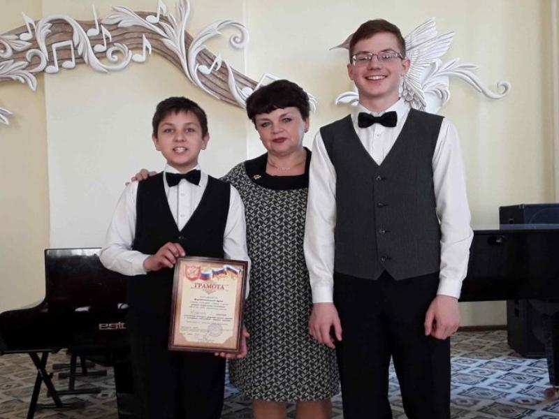 Юные музыканты из Морозовска победили в зональном конкурсе фортепианных дуэтов