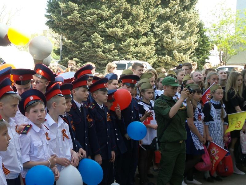Любимую песню «День Победы» морозовчане исполнили вместе на главной городской площади