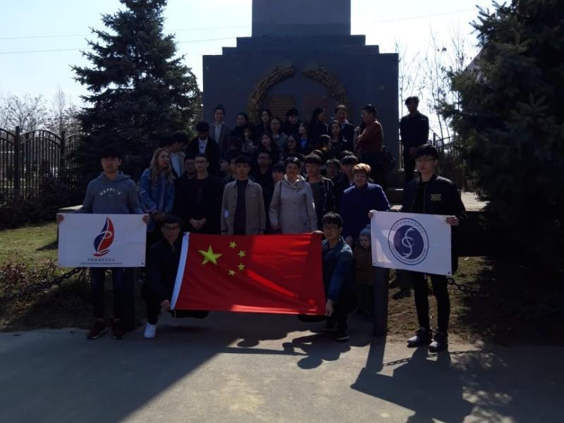 Китайские студенты посетили захоронение солдат-соотечественников в Морозовске