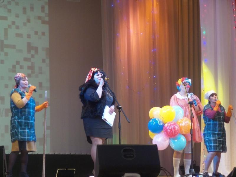Письмами, грамотами и музыкальными номерами поздравили работников культуры в морозовском РДК