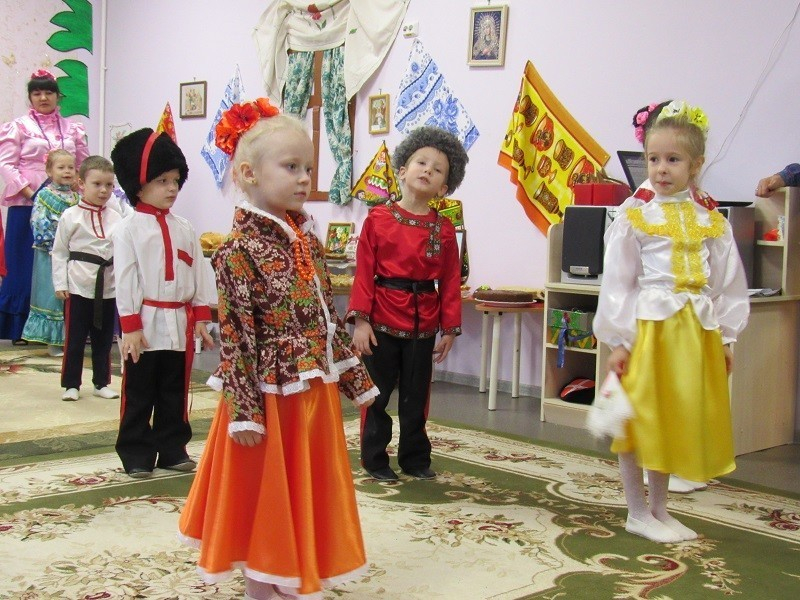 Хороводами, песнями и старинными играми отпраздновали День матери-казачки в детском саду №1