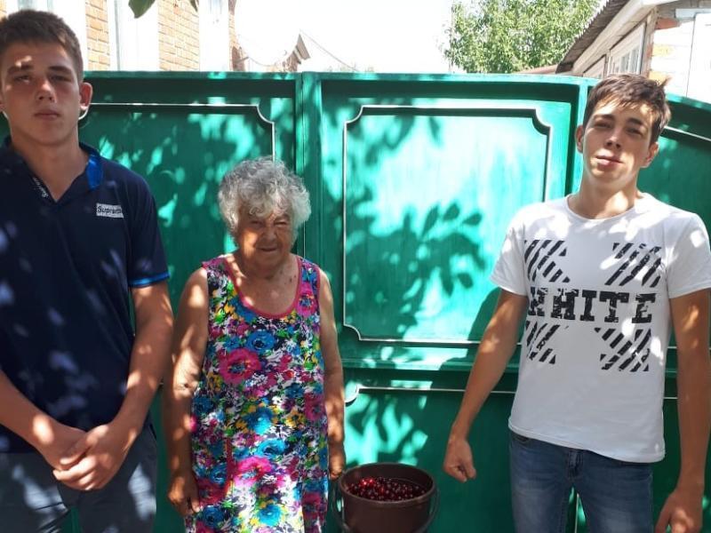 Акцию «Протяни руку помощи» провели волонтеры студенческого отряда МАПТ в Морозовске