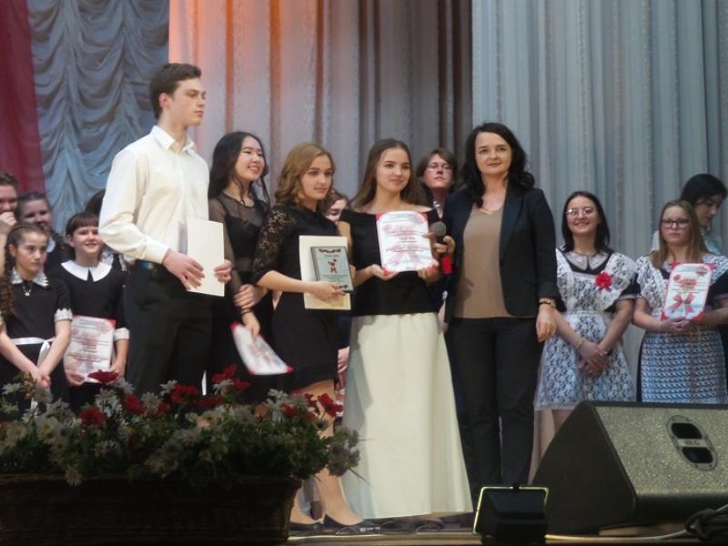 Гран-при конкурса «Гвоздики Отечества» в Морозовске получили Оксана Пономаренко и группа «Ассорти»