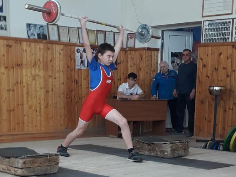 Отлично выступили спортсмены Морозовска на соревнованиях в тяжелой атлетике в Шахтах
