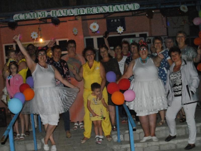 Большим концертом отпраздновали День семьи, любви и верности в станице Вольно-Донской
