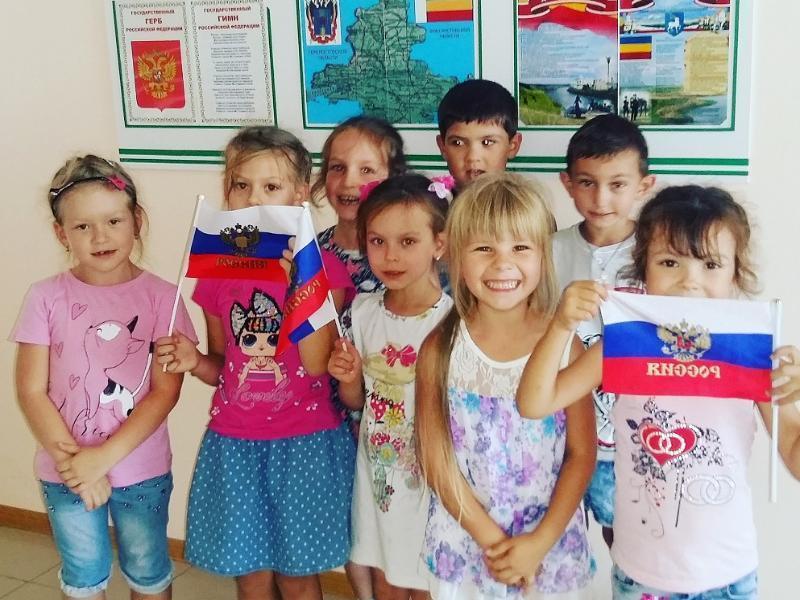 Белый, синий, красный: дошколят в Морозовске познакомили с историей российского триколора
