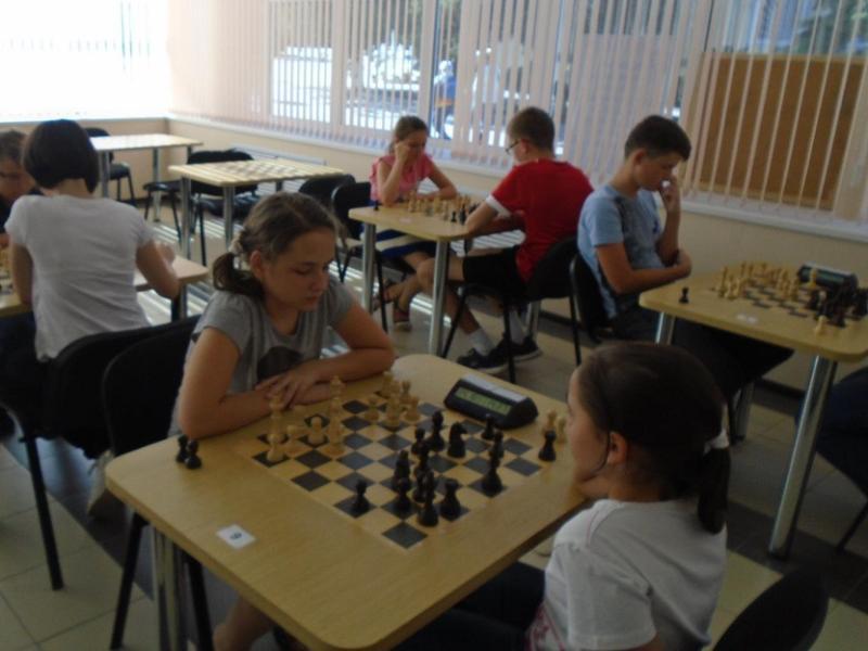 Сильнейшие юные шахматисты Морозовска вышли в полуфинал областного детско-юношеского Гран-при