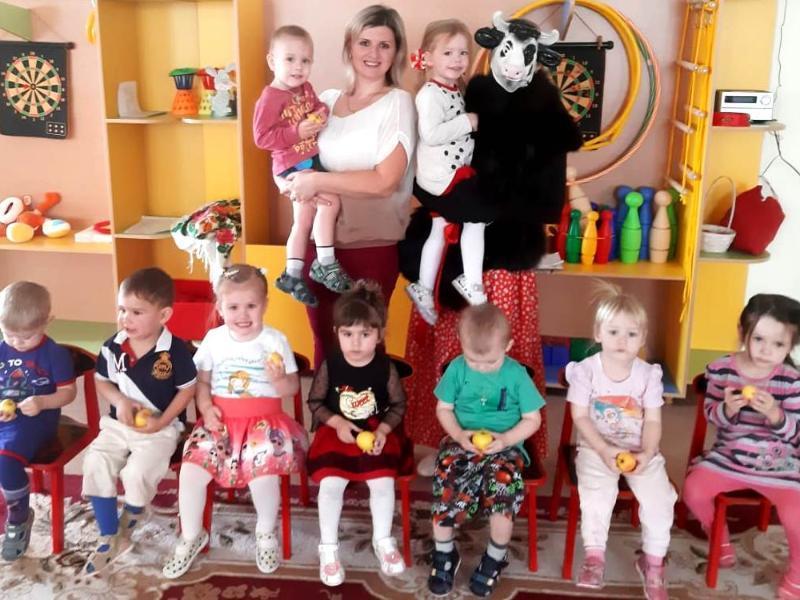 Театрализованное представление «Буренка-Даша» провели для самых маленьких в детском саду «Сказка»