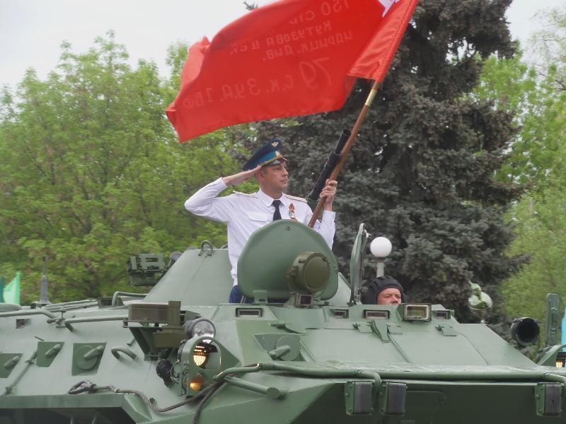 УАЗ 3151 и БТР 80 проехали по площади на День Победы в Морозовске