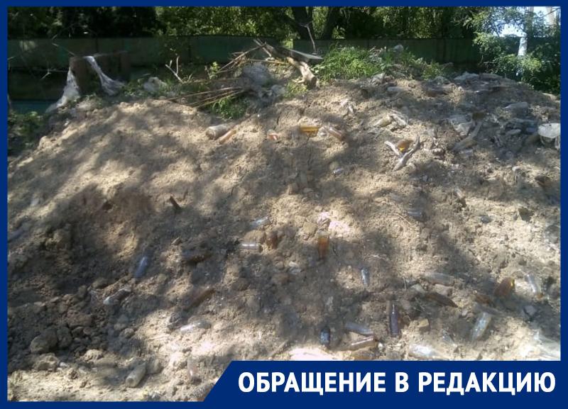 Бутылки и другой мусор морозовчане сняли на видео на территории бывшей межрайбазы, где сливают на землю молоко