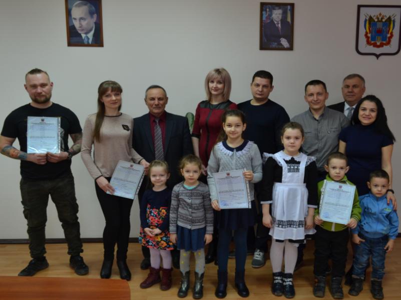 Глава администрации Морозовского района вручил молодым семьям сертификаты на покупку жилья