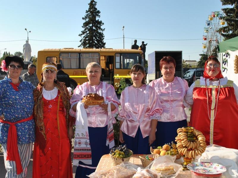 Театрализованную площадку «Изба» представили вольнодончане на ярмарке в Морозовске