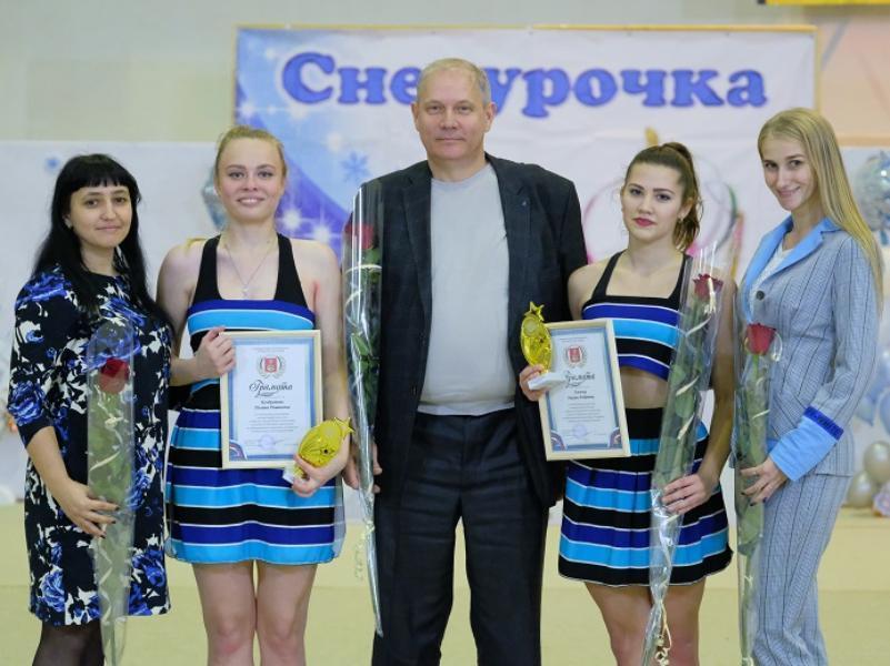 Глава Морозовска Юрий Соколовский лично вручил гимнасткам значки и удостоверения кандидатов в мастера спорта