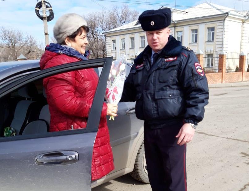 «Цветы для автоледи»: инспекторы в Морозовске подарили женщинам букеты