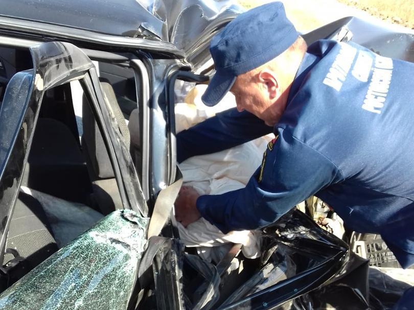 Один пострадавший: на трассе под Морозовском «Лада Приора» врезалась в стоящий «УАЗ»