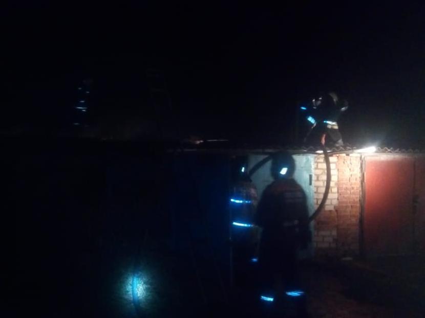Три гаража были повреждены пожаром в Морозовске