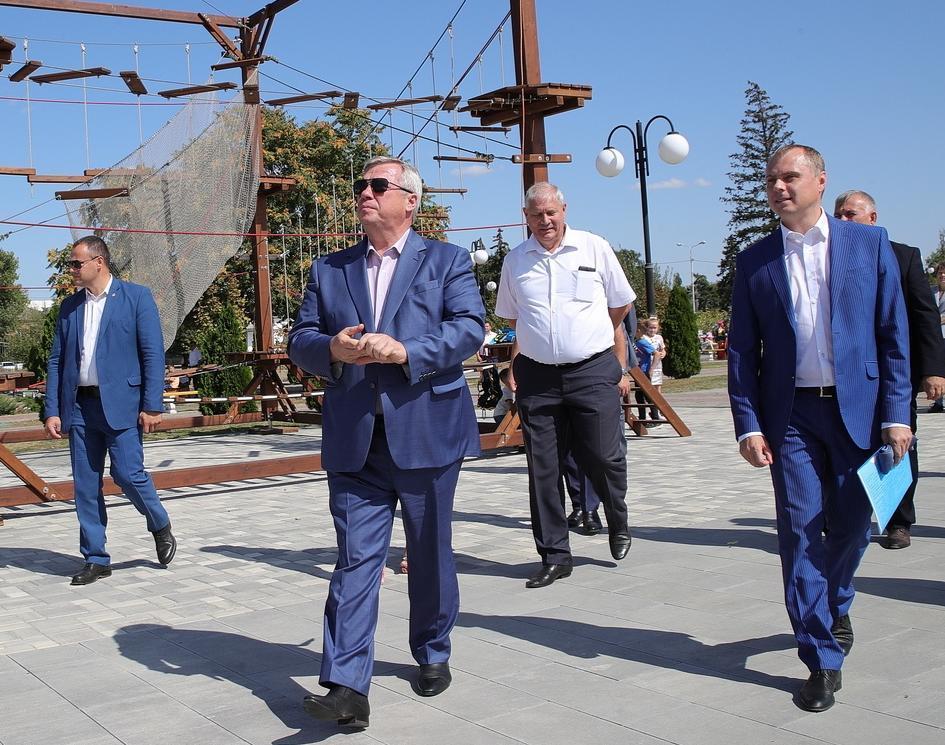 Реконструируемый парк Морозовска открыли специально к приезду губернатора Ростовской области