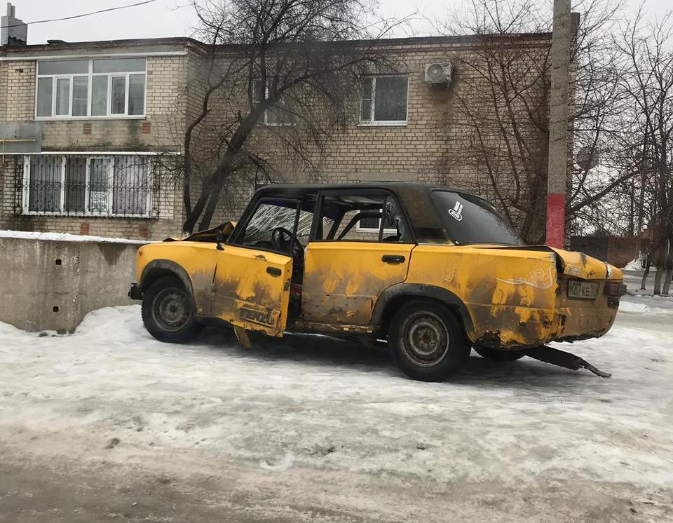 Разбитую машину оставили напротив школы в Морозовске