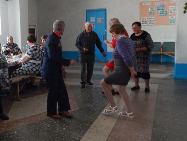 Самые юные жители хутора Парамонов поздравили старших с Днем пожилого человека