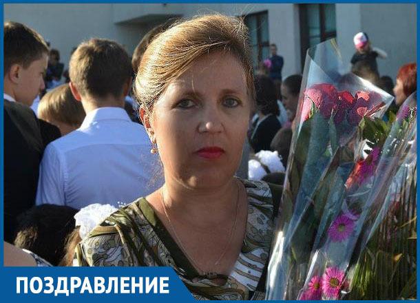 Марину Евгеньевну Кнышову с Днем учителя поздравили ее ученики