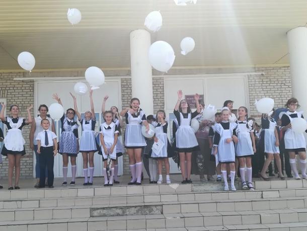 Белые шары с бумажными ангелами выпустили в небо жители Вознесенского сельского поселения