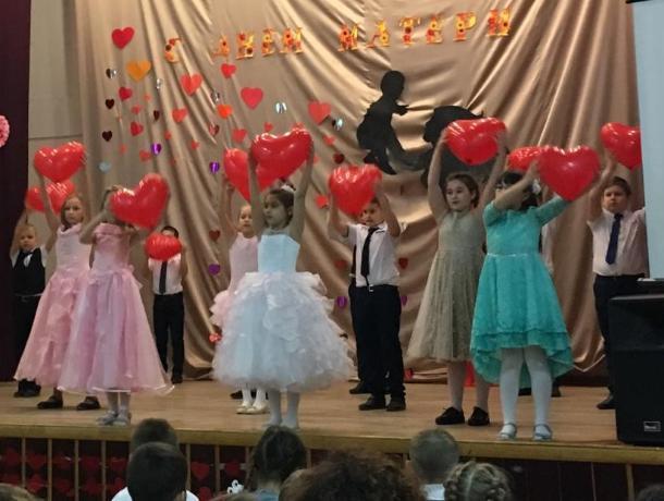Особый праздник для мам и бабушек с подарками и концертными номерами провели в гимназии Морозовска