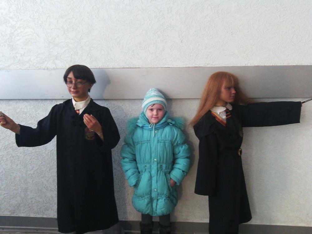 Дети из Морозовского приюта подружились с «добрыми» восковыми фигурами и обходили «злых»