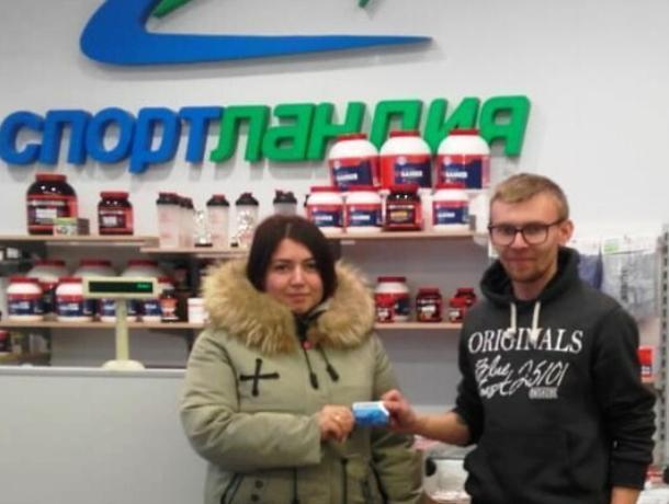 Карина, призерша конкурса «Сладкая парочка», получила сертификат от нашего спонсора