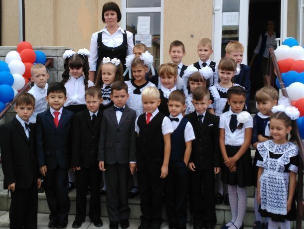 Елену Бороздину душевно поздравили первоклассники