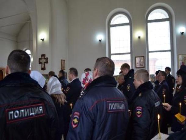 Сотрудники полиции Морозовска приняли участие в заупокойной службе по погибшим коллегам