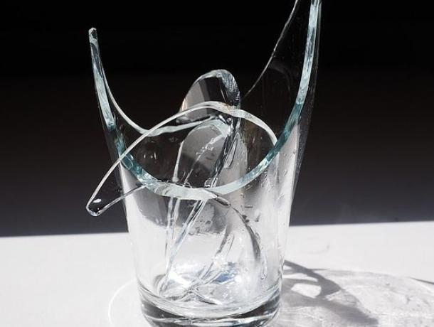 Посетительница кафе в Морозовске разбила стакан об голову подошедшего познакомиться мужчины